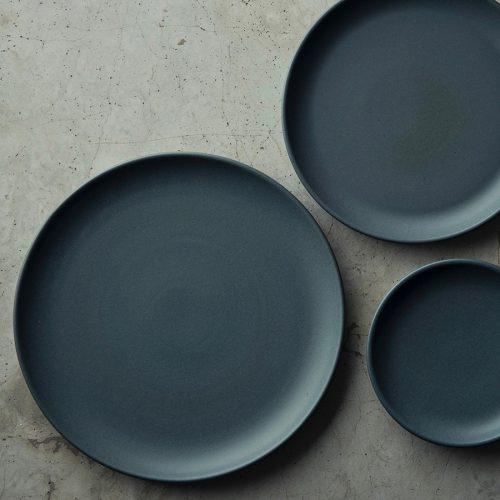 左からplatter φ268 H20mm ¥3,900 dinner plate φ215 H22mm ¥2,900 cake plate φ151 H22mm ¥1,700