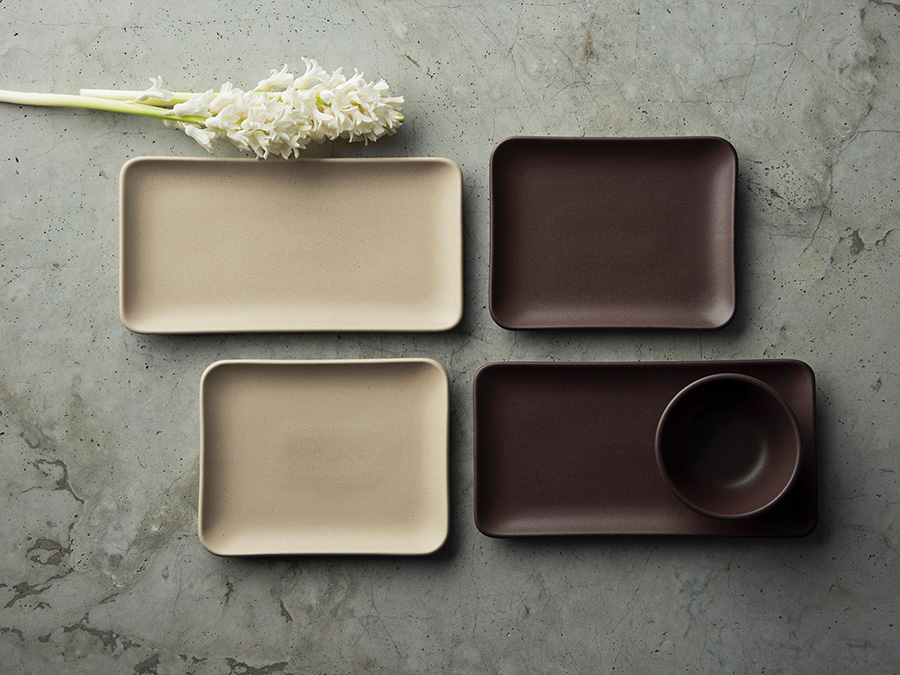 左からrectangle plate(BROWN・IVORY) W256 D133 H19mm 各¥3,000 square plate(BROWN・IVORY) W187 D147 H19mm 各¥2,500 snack bowl φ107 H51mm ¥1,700
