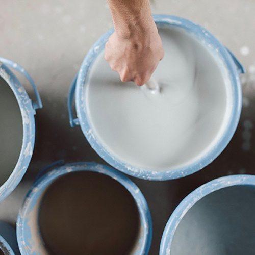 釉薬を尺で丁寧に撹拌。