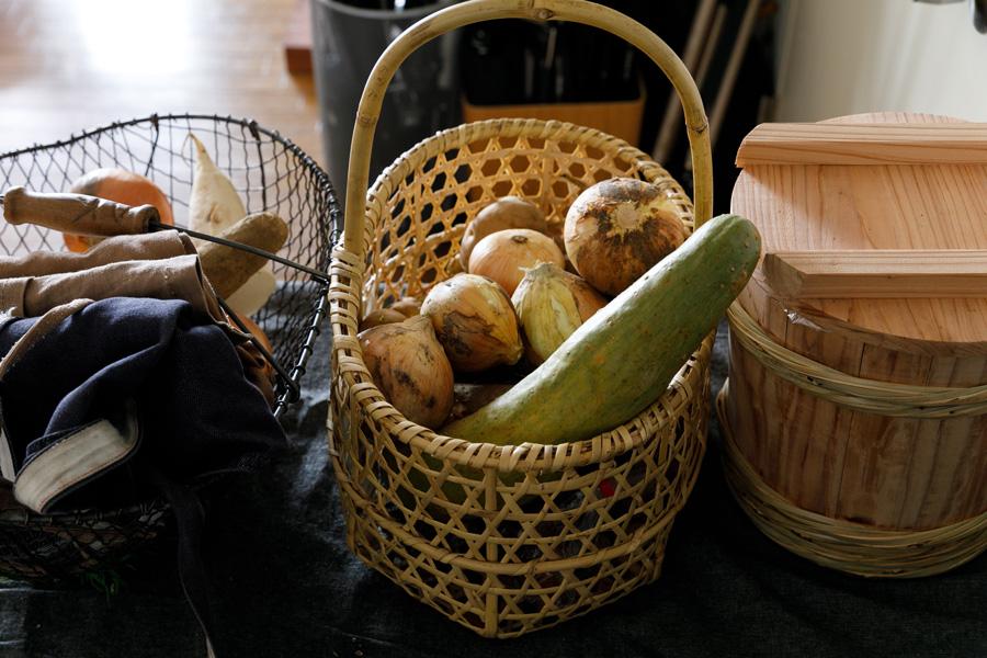 色々な野菜が常備されている。中央の長いものは「すくなかぼちゃ」という岐阜の野菜だそう。