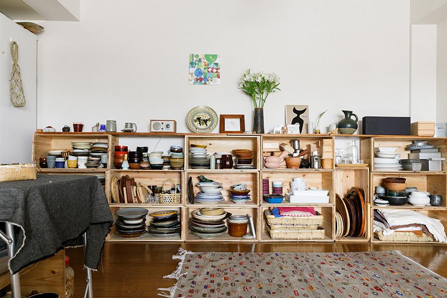 眺めているだけで楽しい、食器棚。りんご箱をうまく組み合わせ、天板には古材を渡してある。