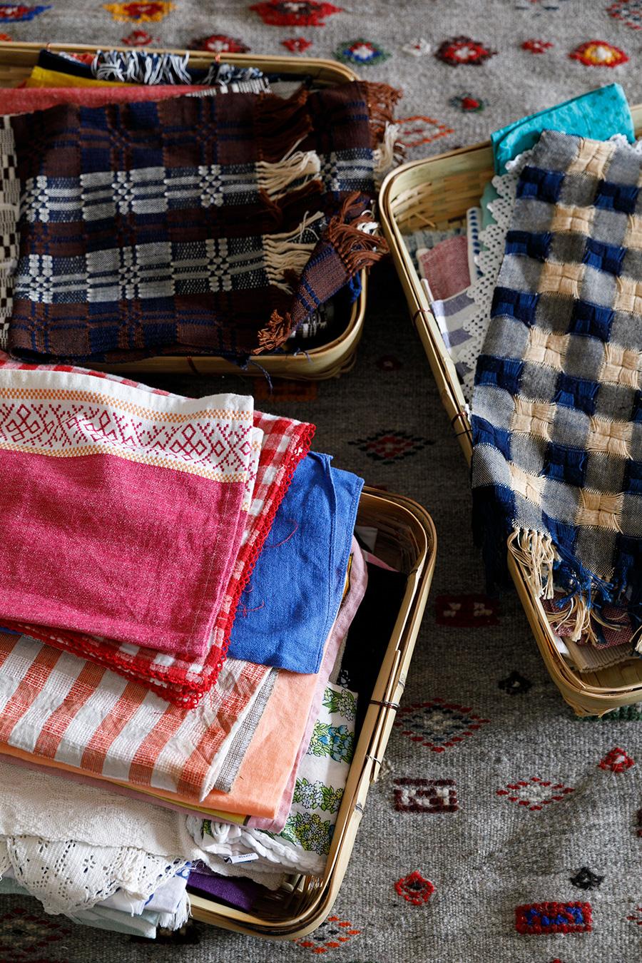 普段の食事や撮影で使う色とりどりの布。四角いかごに入れてすっきり収納。