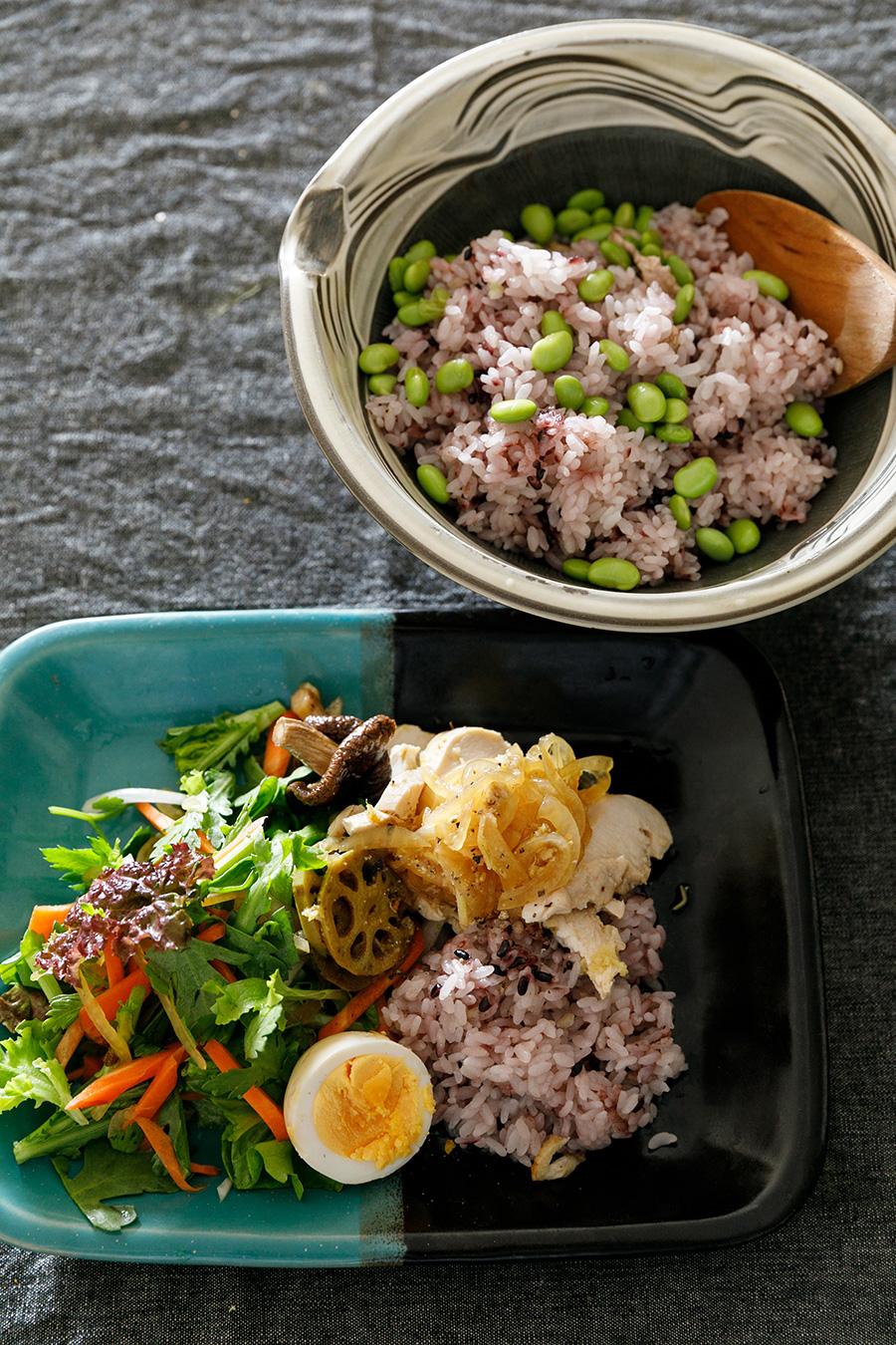 常備菜でさっとつくる昼食を、お気に入りの器に盛って。右は小鹿田焼で左は牛ノ戸焼。