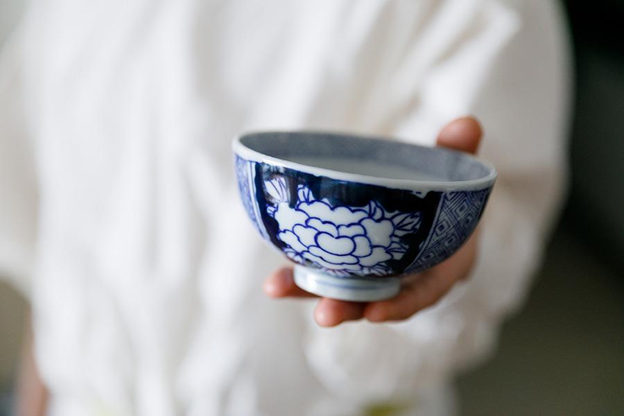 おばあさまから受け継いたというお茶碗は、最近のものにはない温もりのある絵柄がお気に入りだという。