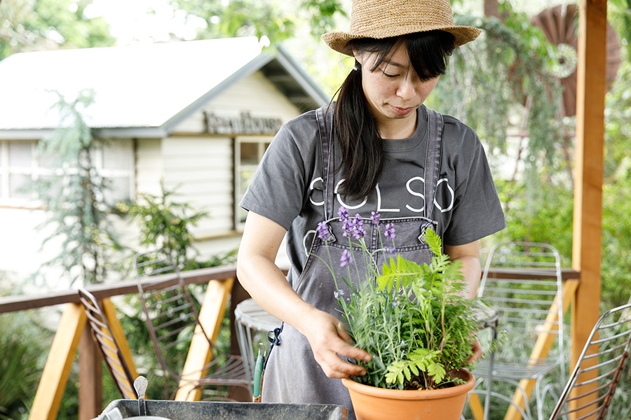 『ソルソファーム』の池田奈々子さん。「春から初夏にかけて、たくさんのハーブの苗が出揃います。ぜひ遊びに来てください」