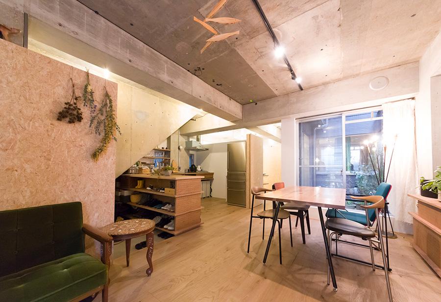 奈穂子さんの祖母が住んでいた家をリノベーション。天井はすべて剥がして躯体を見せている。