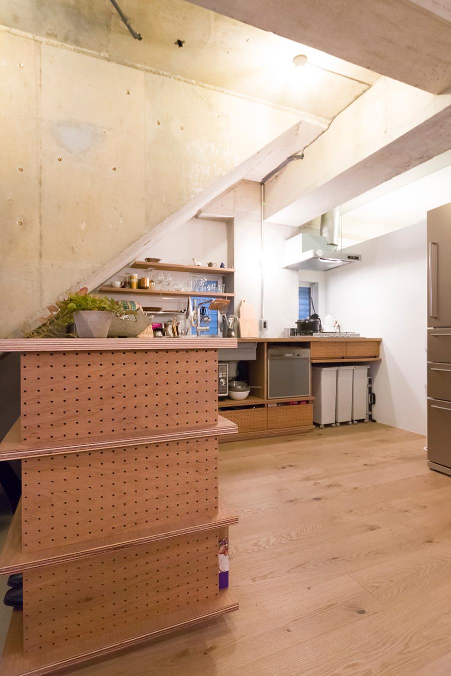 物入れの側面やキッチンの引き出しには、表情のある有孔ボードを使っている。