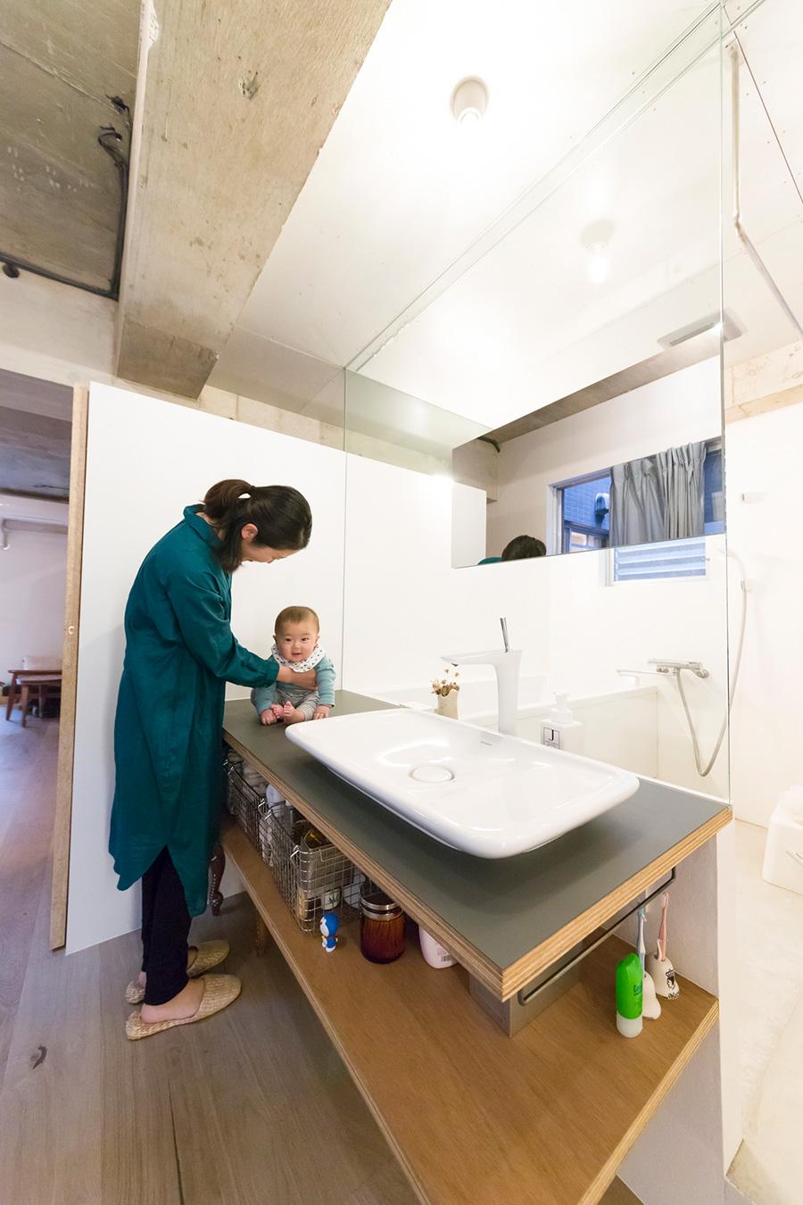 余裕の広さの洗面台にはベビーバスを置いて、ここでお子さんをお風呂に入れてあげられるそう。