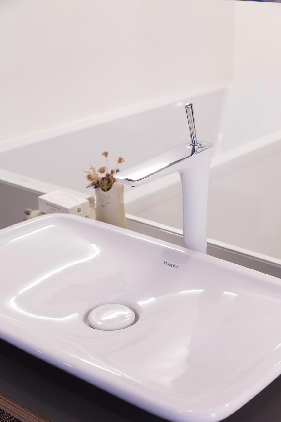 スタイリッシュなDURAVIT社の洗面ボウルと、ハンスグローエ社の水洗金具。バスタブはフィリップ・スタルクのデザイン。