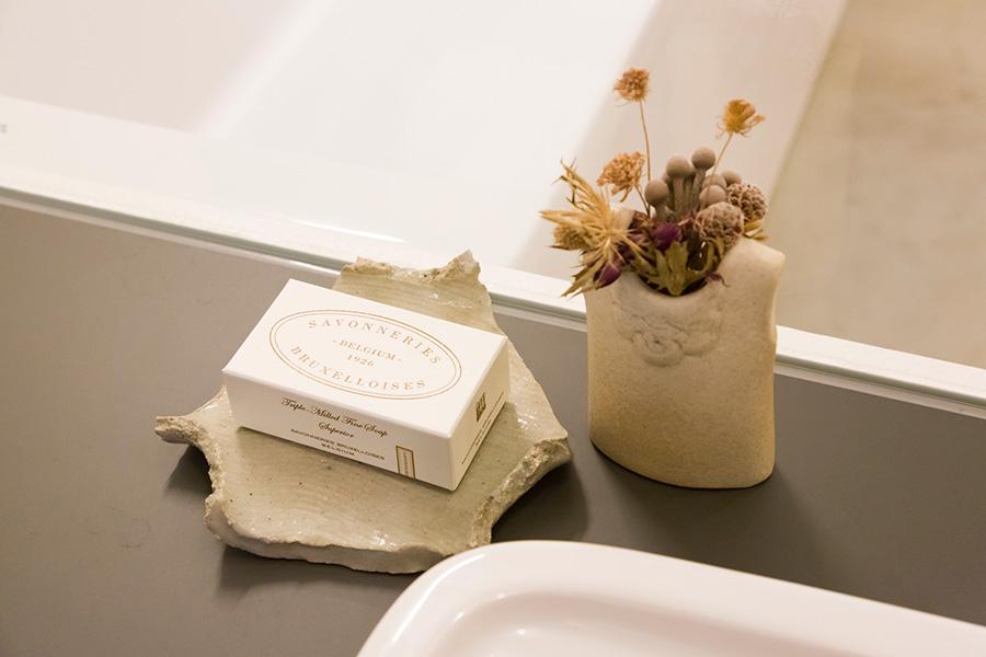 ソープディッシュとして使っている陶器も、哲生さんの実家から見繕ってきたものだそう。