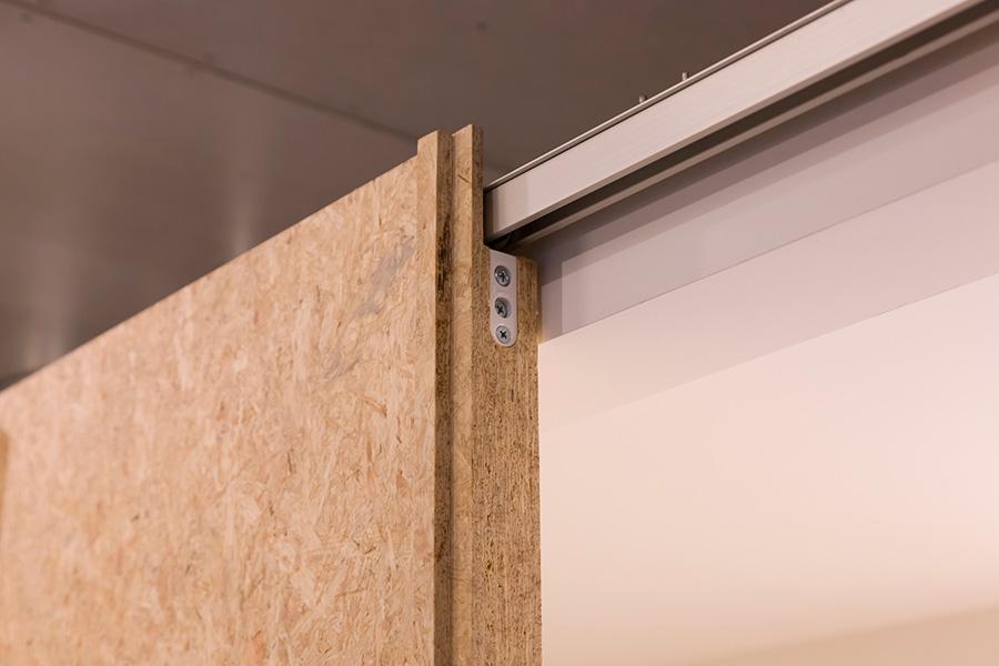ボックス型のトイレの吊引き戸は、表からレールが見えないように、ドアの細工に一工夫加えている。