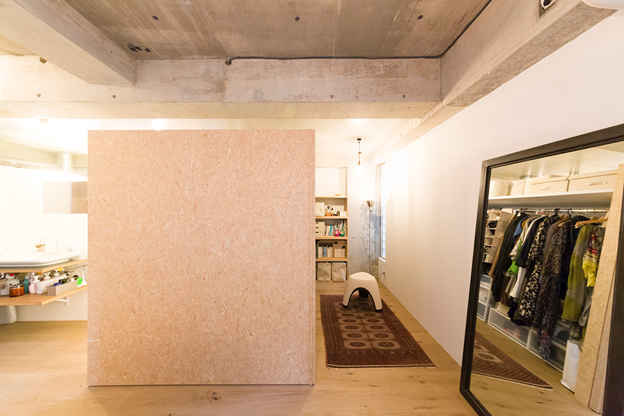 「木チップの再生材は、磨くことでナチュラルな質感の壁材になります」。右側がクローゼット。
