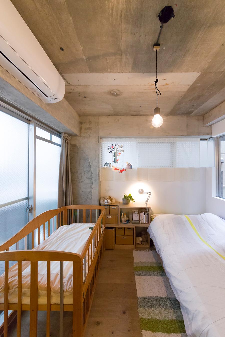 ベビーベッドが並ぶ寝室。