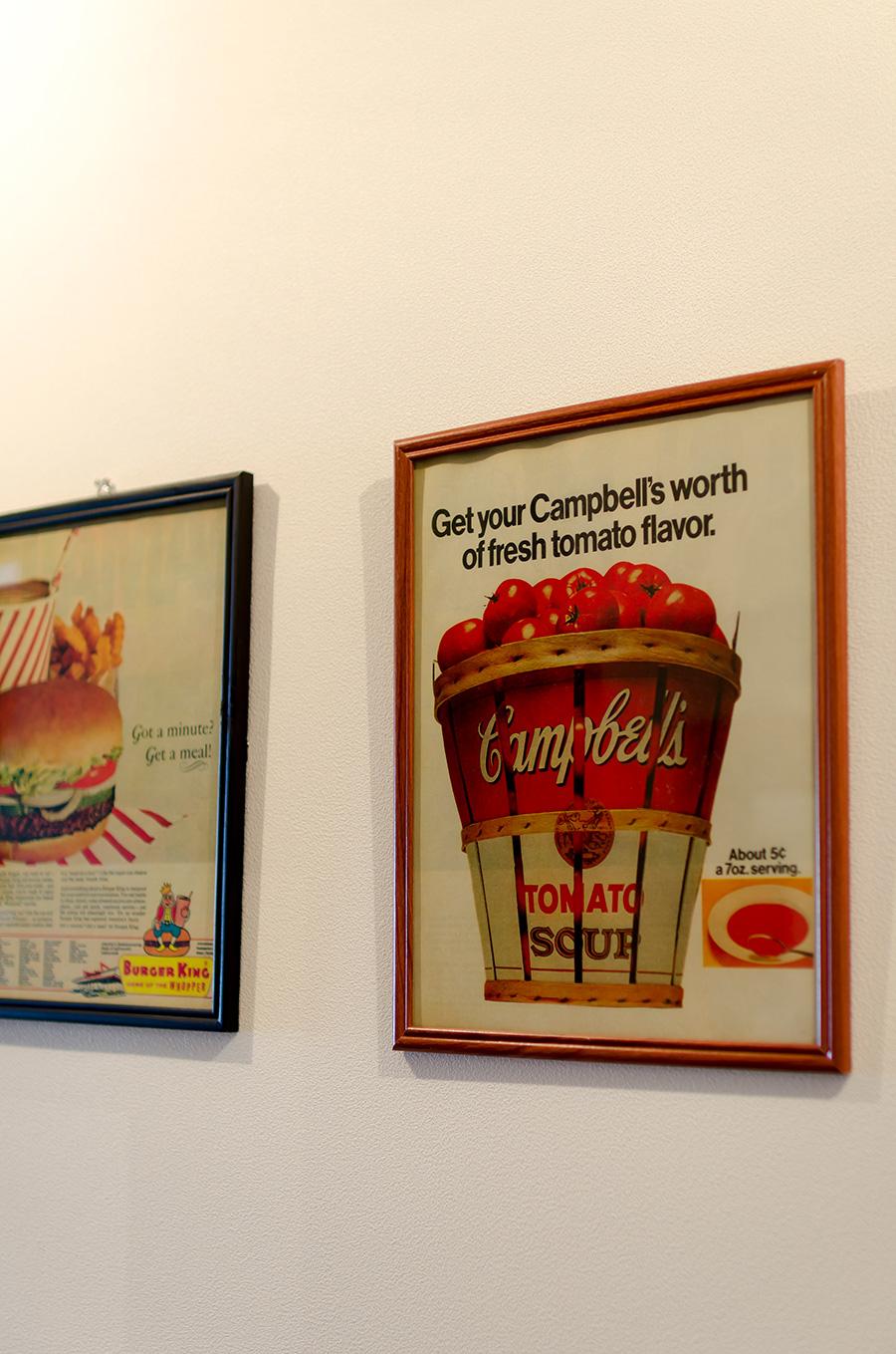 壁に掛かったポップなアメリカンアートも収集品の一つ。