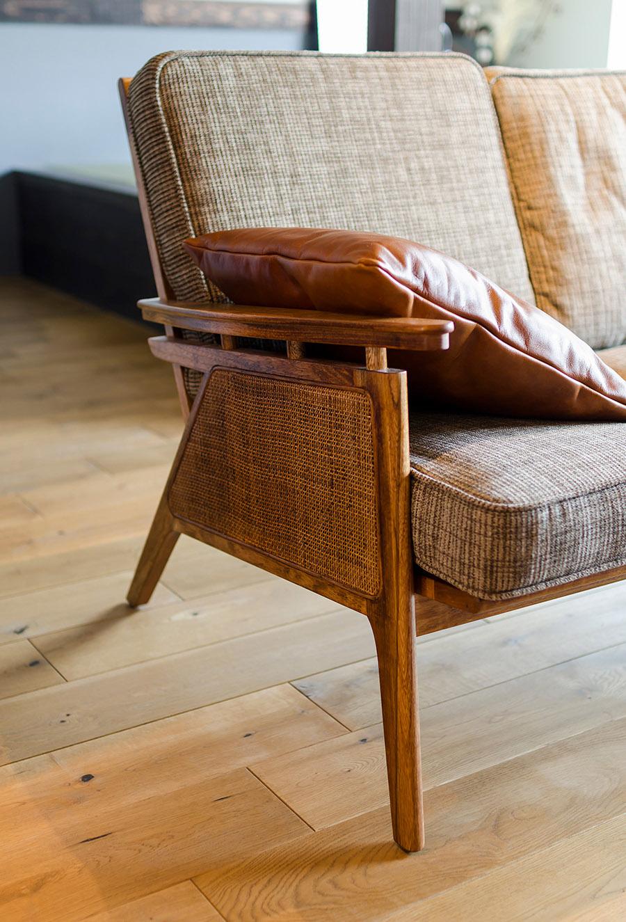 床はあえて節目のある木材を使うことで深みのある印象に。