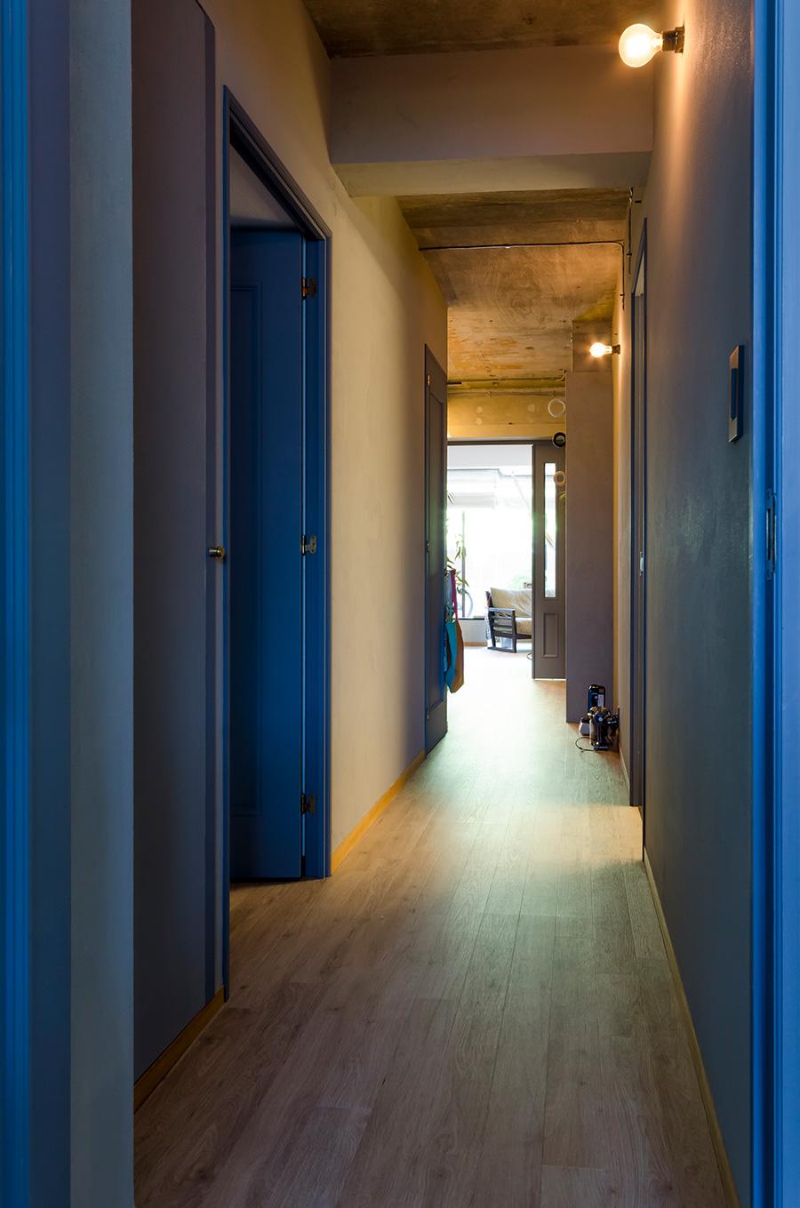 居室側からも玄関にかけての廊下に光が差し込む。ドアは茶色だったのをグレーに塗装。