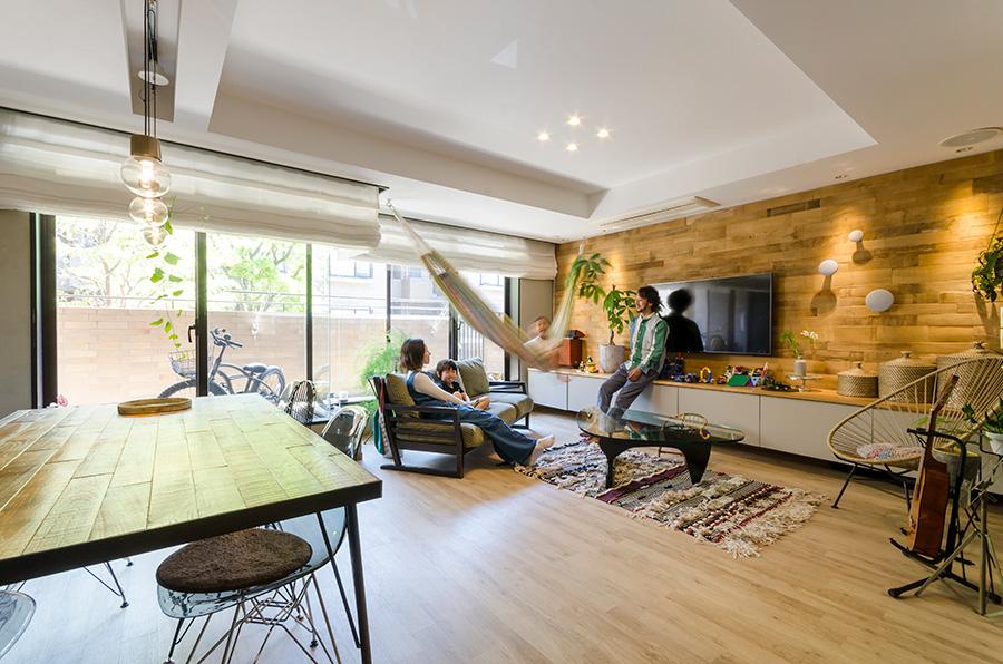 床はエンビタイルを採用。アンティーク感が楽しめる。