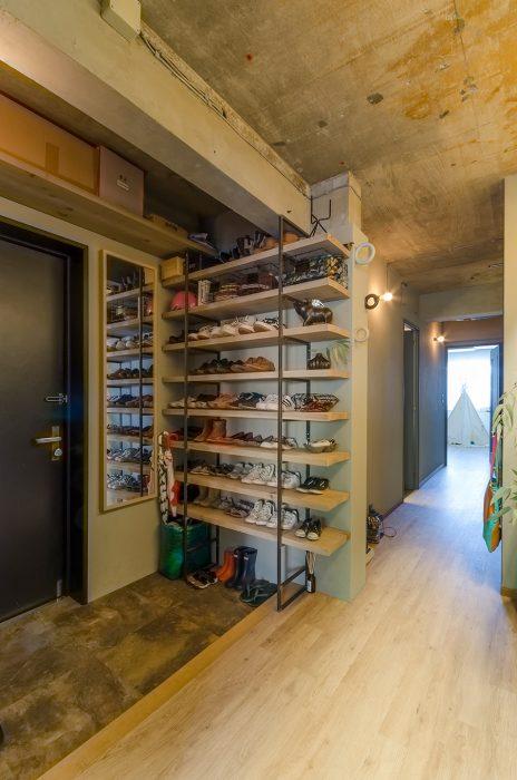 玄関から廊下にかけて、天井を取り壊してコンクリートむき出しにした。靴箱は徹さんがDIYしたもの。