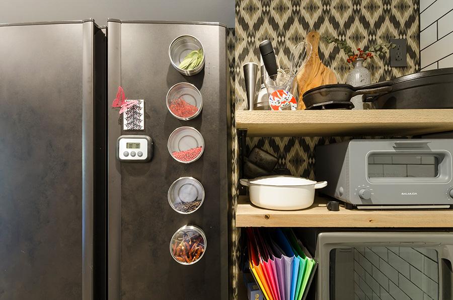黒のシートを貼った冷蔵庫。後ろの壁紙とも調和。