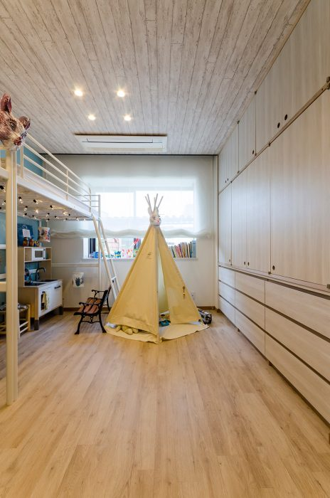 子供部屋には天井にも壁紙を貼った。収納は、下に使われているIKEAのチェストに合わせて上の素材を調達し、造作したもの。