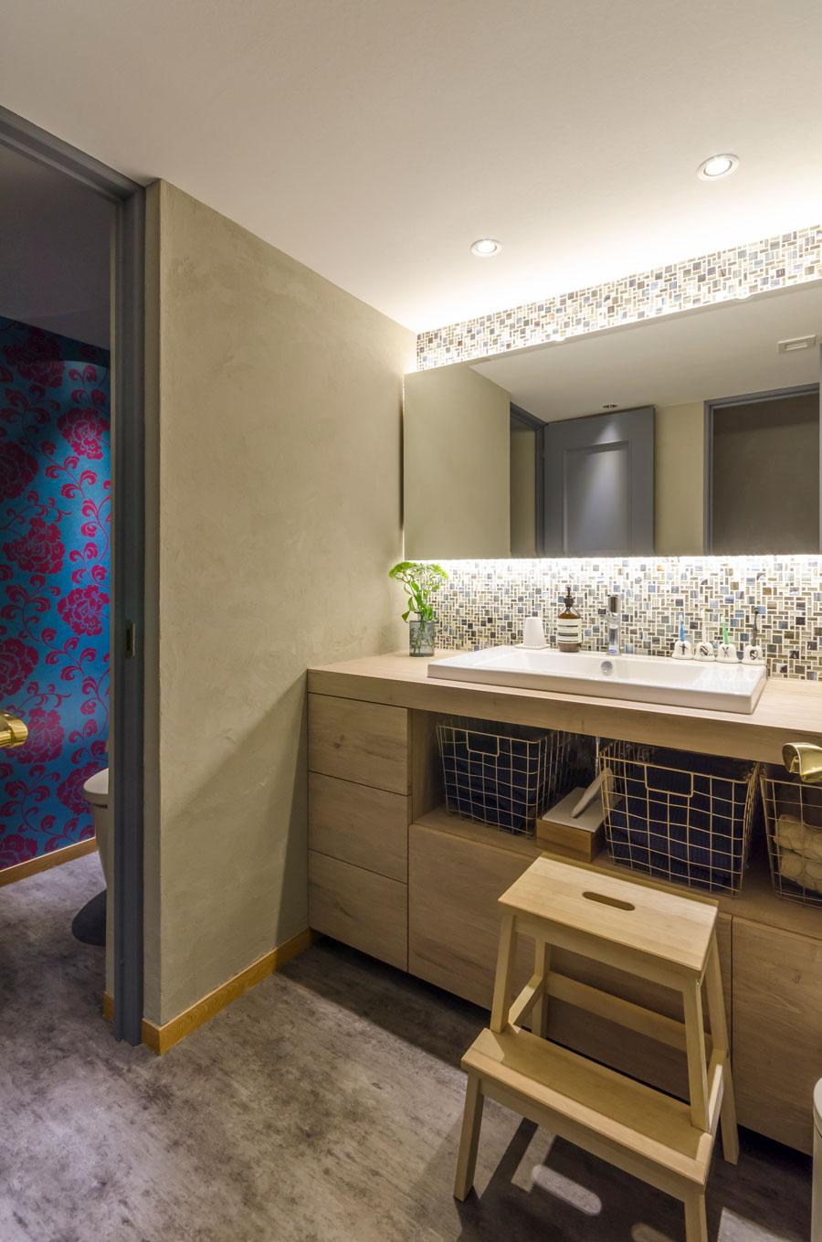 洗面所の床には、摩擦に強い長尺シートを貼った。洗面台も造作。古材とデュラヴィットのシンクの組み合わせが美しい。