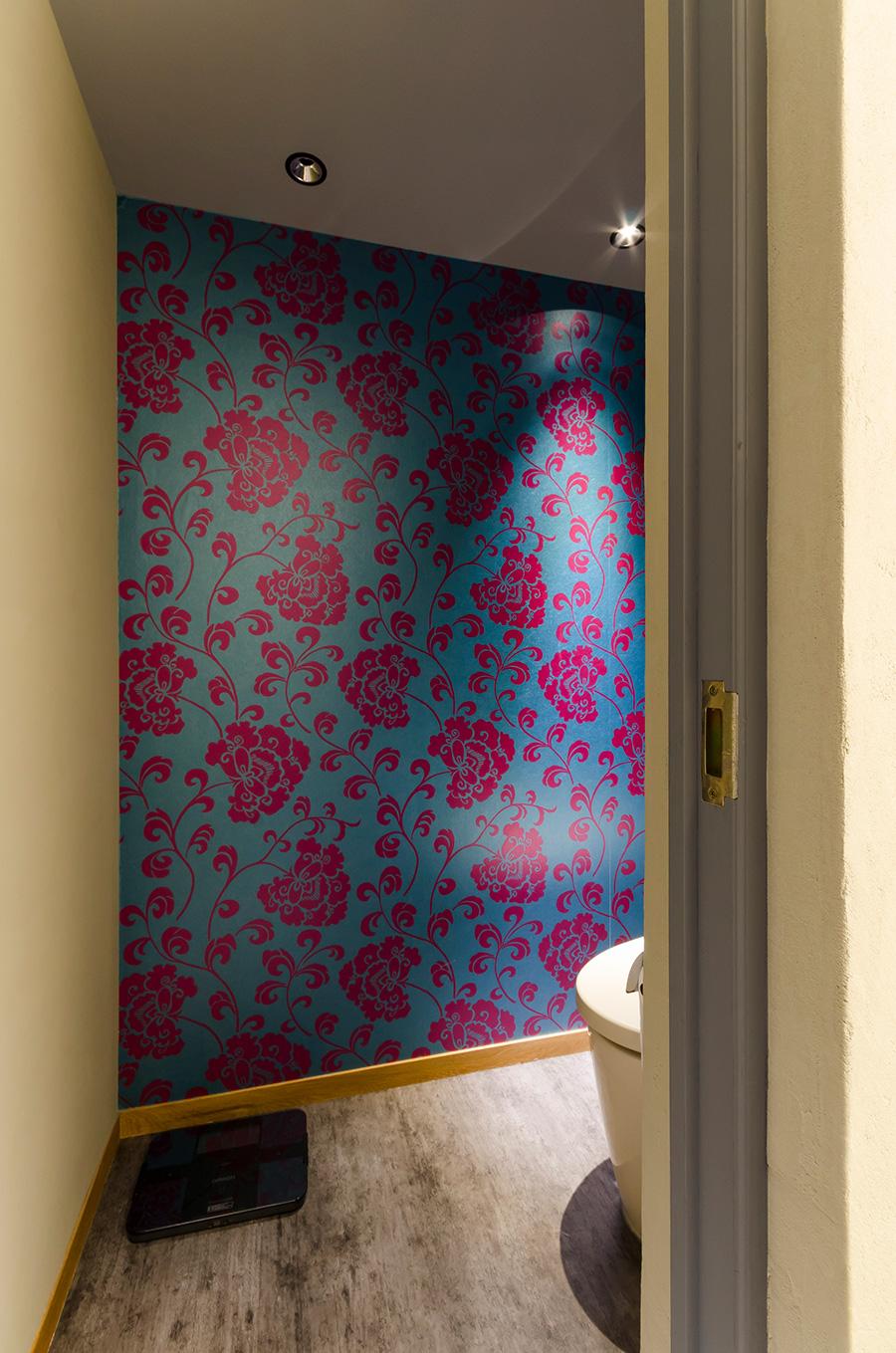 暗くて味気なくなりがちなトイレには、イギリスの壁紙を貼った。こちらはそのうちに張り替える予定だそう。