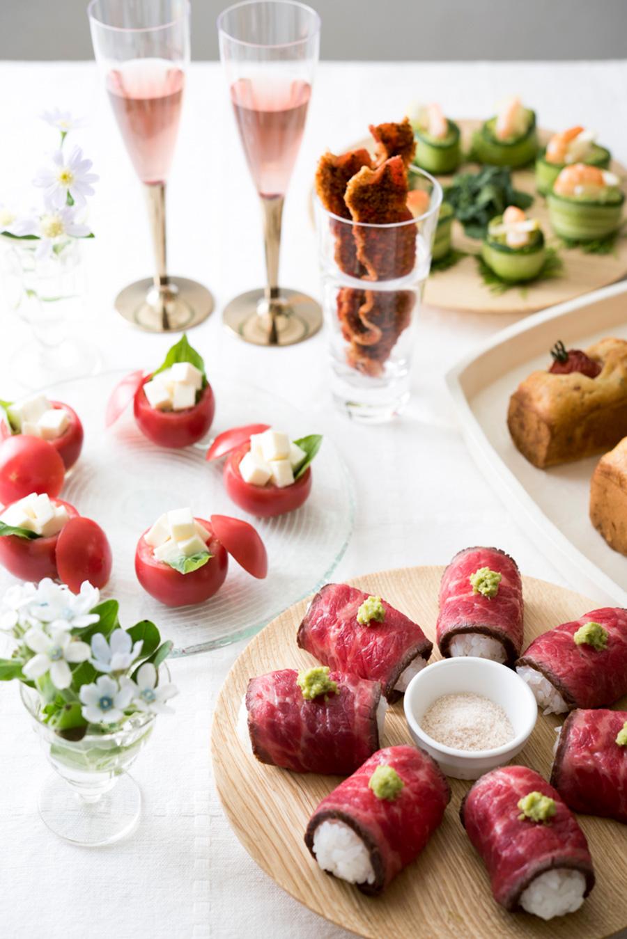 花やワイングラスなどで高低差をつけてセッティングするのが、華やかに見せるコツ。ワインは、ロゼも女子会では喜ばれる。