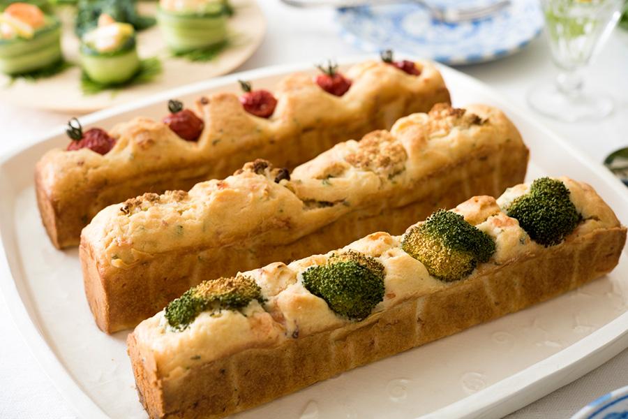 材料を混ぜてオーブンで焼くだけ。簡単にできるフランス生まれのお総菜ケーキ、ケークサレ。ポイントは粉より先に具を混ぜておくことと、型に均一に入れること。油はさらっとしていてくどくない製菓用太白ごま油がおすすめ。