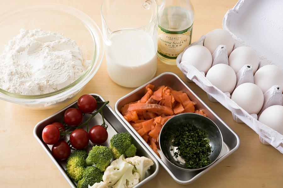 ①牛乳、生クリーム各75ml、卵Mサイズ1個、塩小さじ1/4、砂糖大さじ3/4、太白ごま油(orサラダ油)大さじ2、強力粉90g、薄力粉45g、ベーキングパウダー小さじ3/4、スモークサーモン110g、パセリのみじん切り15〜20gを用意。