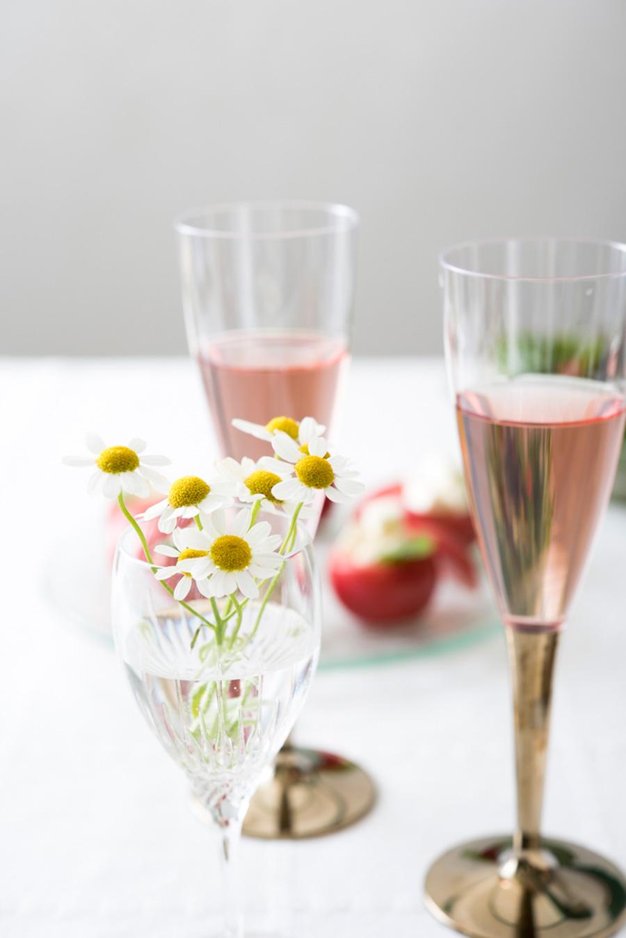 おしゃれなのに廉価で買える、使い捨てのワイングラスなどが女子会向き。