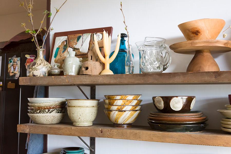 日常の素朴で美しい食器と、素朴で力強いプリミティブな器が並ぶ。石原さんならではの素敵なセンス。