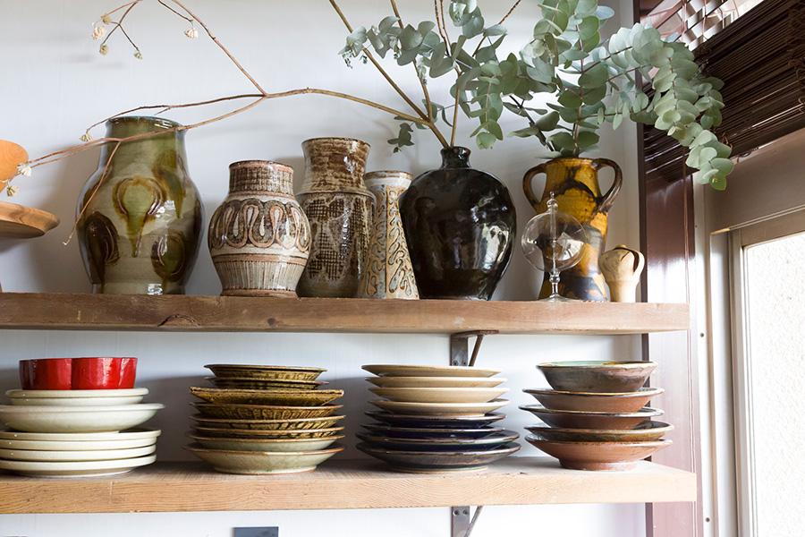 食器棚の上段には普段あまり使わないものを。花器にはユーカリやミツマタを飾って。