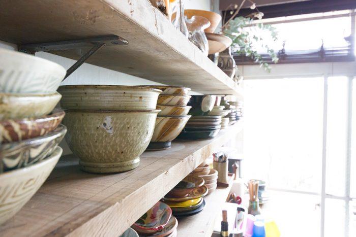 古材をカットした棚板を、鉄のシンプルで無骨な棚受けで支え、食器棚を作っている。