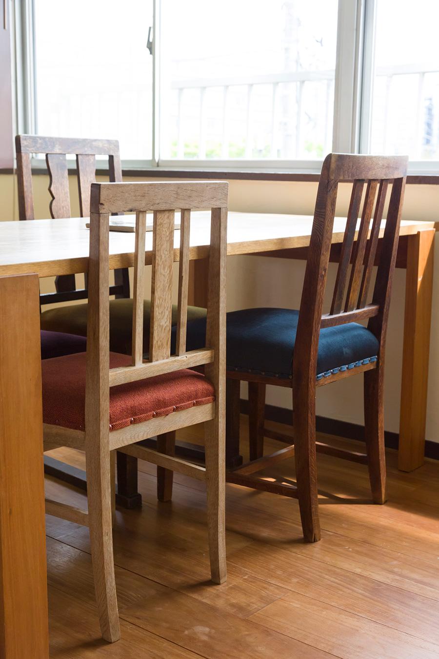食卓テーブルのイスは座面の色もデザインも少しづつ違っていながら、統一感が感じられるチョイスがお洒落。