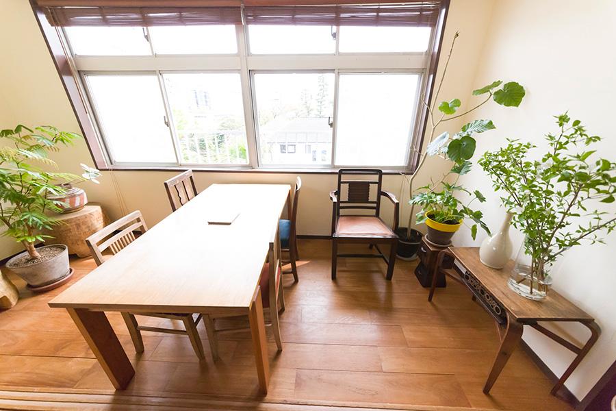 テーブルは板の間にピッタリと収まるサイズに。「左の西アフリカの木をくりぬいて作ったイスは、主人に内緒で買いました(笑)」
