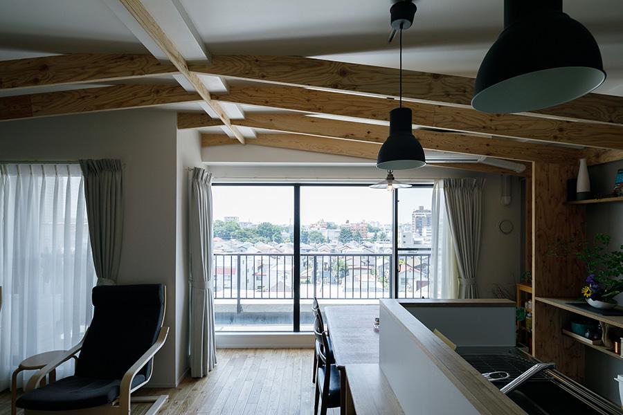 ベランダにつながる大きな2つの窓からの眺望が楽しめるLDK。元は左右で2部屋に分かれていた。