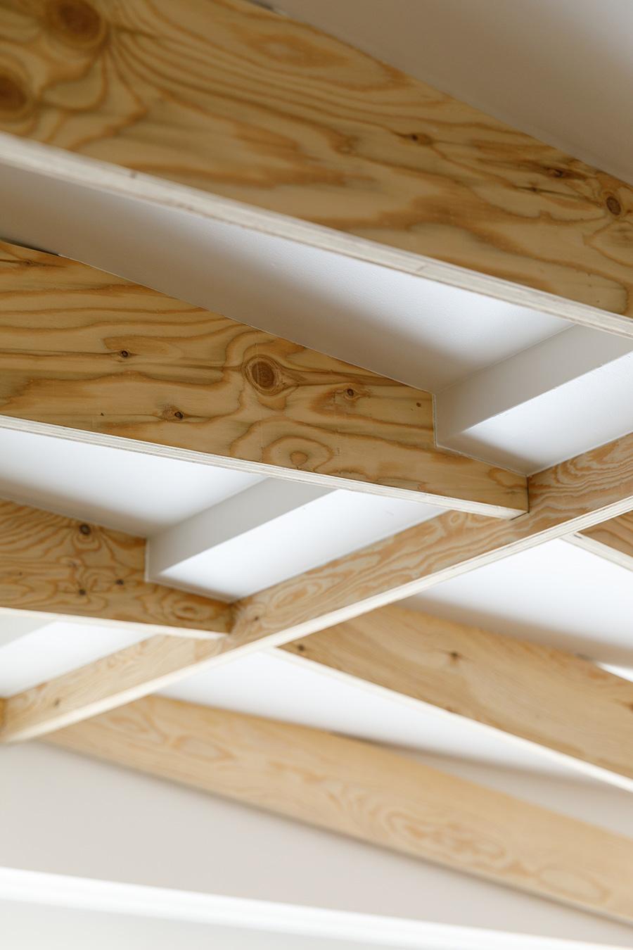 梁の材は、主に下地材として用いられるラーチ合板。「あえて少しラフな見た目のものを選んで、構造材らしさを出しました」と佐々木さん。