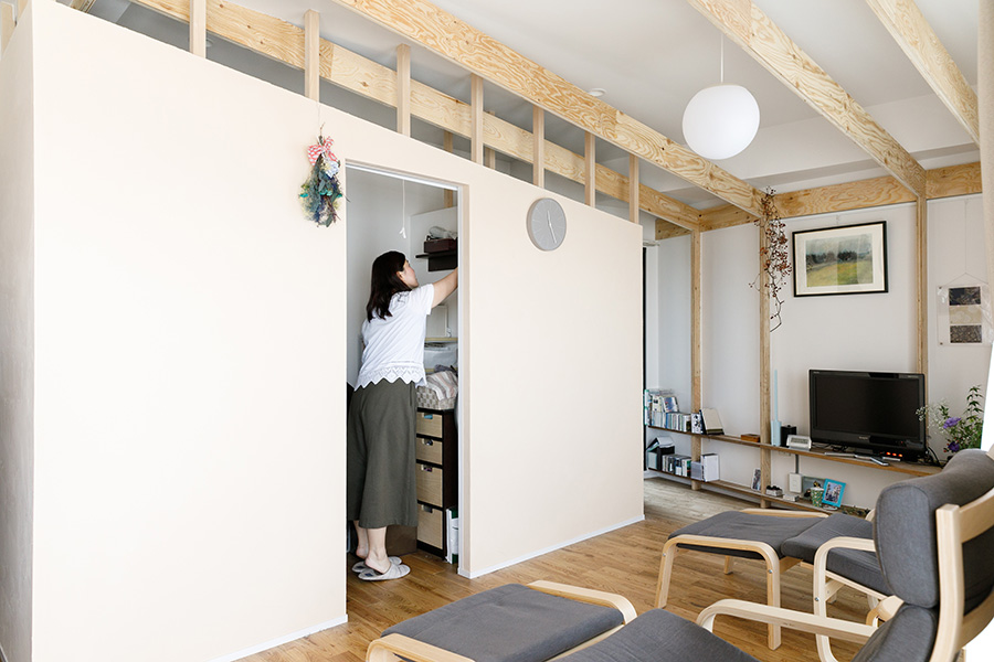 佐々木さんのアイデアで生まれたウォークインクローゼット兼書斎。ウォークインクローゼットは2.5畳ほどあり、容量たっぷり。奥側が書斎になっている。