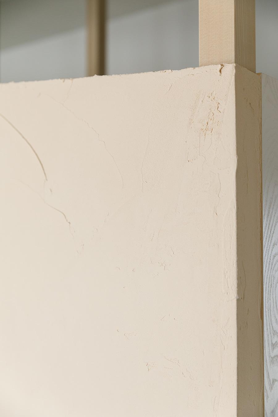 「オン ザ ウォール」という天然素材の塗り壁材で仕上げた壁。「色はかなり悩みましたが、明るい雰囲気になるものを選びました」(裕美さん)。