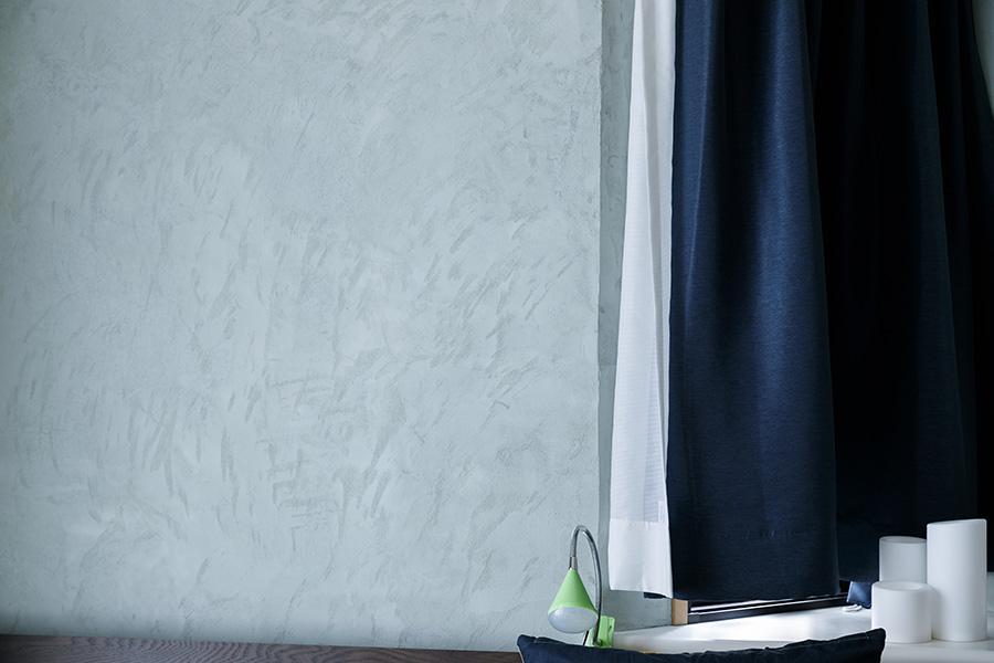 寝室の壁にはDIYで「シリカライム」という左官材を塗った。「仕上げにスポンジで豊かな表情をつけました」(優司さん)。