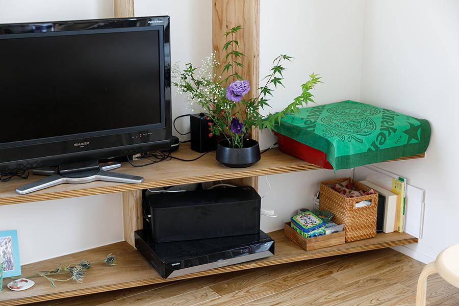 デッドスペースを生みがちなコーナーの出っ張りも、棚をつくることで上手く活用。