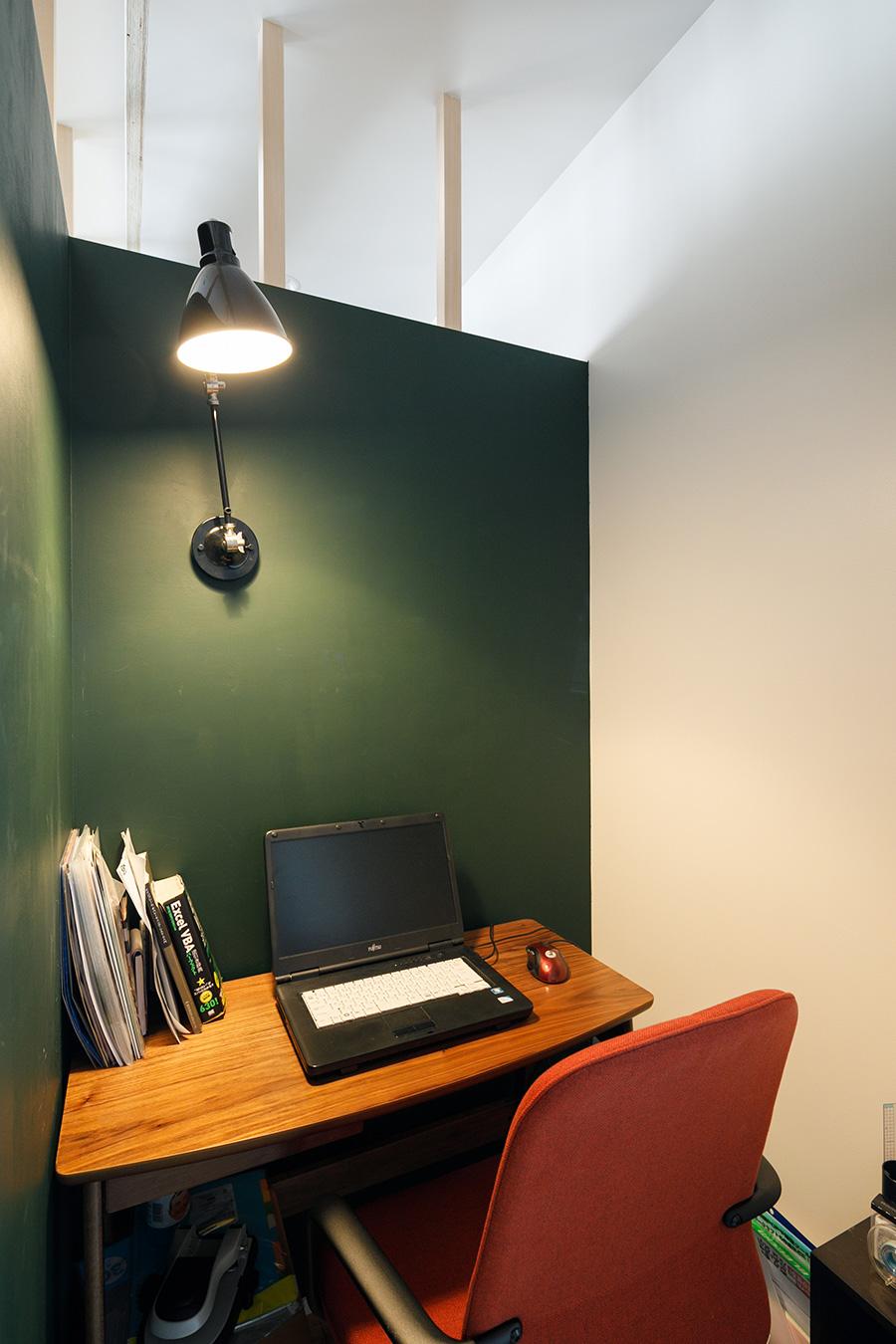書斎内部。壁にはDIYでチョークボードペイントを塗り、黒板として使えるようにした。