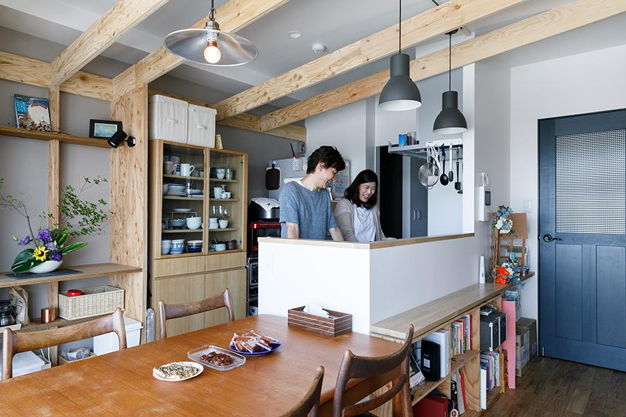 2人でゆったりと立てるキッチン。元は写真左手を向いていて、通路幅も狭かったそう。「手元は隠したい」との裕美さんの要望で、仕切り壁は高めにした。