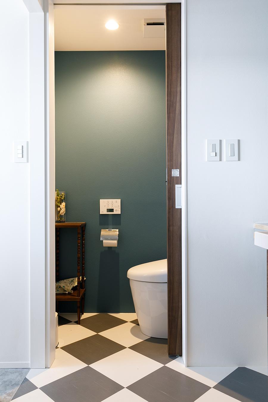 洗面スペースとトイレは、床のチェック柄を連続させている。