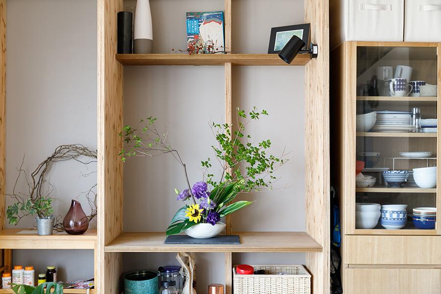 天井の梁とつなげてつくった生け花の飾り棚。お花を引き立たせるため、この部分の背面の壁は自然を感じるうす茶色にしてある。
