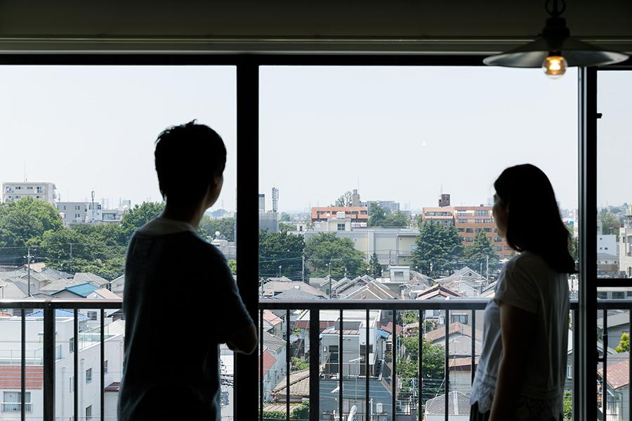眺望を楽しむお2人。「落ち着いた雰囲気で緑が多いのが三鷹のいいところですね」。
