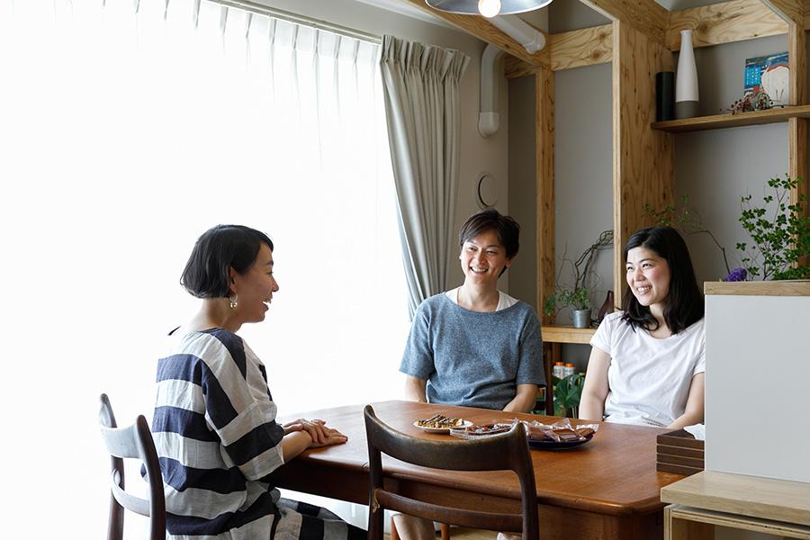 黒木さん夫妻とA+Saの佐々木珠穂さん。今は美味しい日本酒やレストランの情報を交換しあう間柄に。