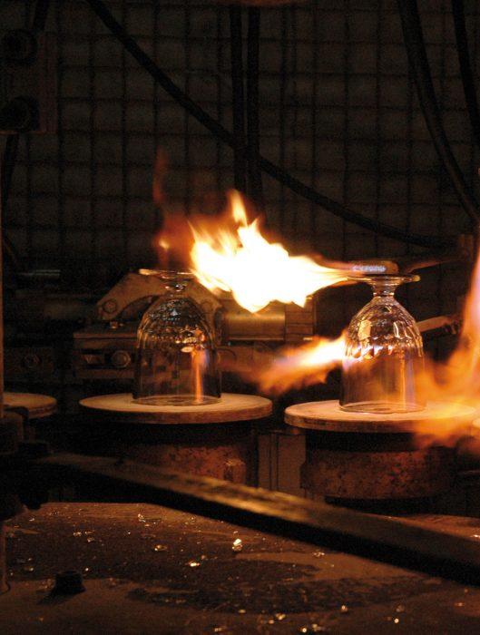 熱で溶かしたガラスを流し込むプレス成形。