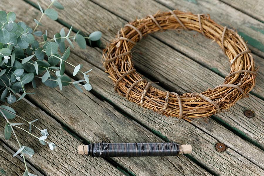 [リースを作るための材料]市販のリース用の土台。アケビや藤、キウイのツルを使うと、より自然な感じを楽しめる。リースワイヤー