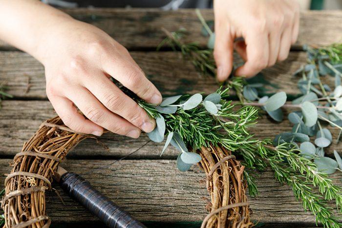 リースワイヤーを土台に固定したら、ハーブを巻き始める。乾燥すると茎が縮んで抜けやすくなるので、しっかりと巻く。